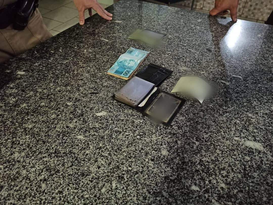 Homem encontra carteira com dinheiro e documentos e devolve ao dono