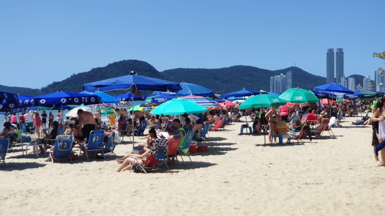 Banhistas lotam Praia Central em Balneário Camboriú apesar de restrições no município