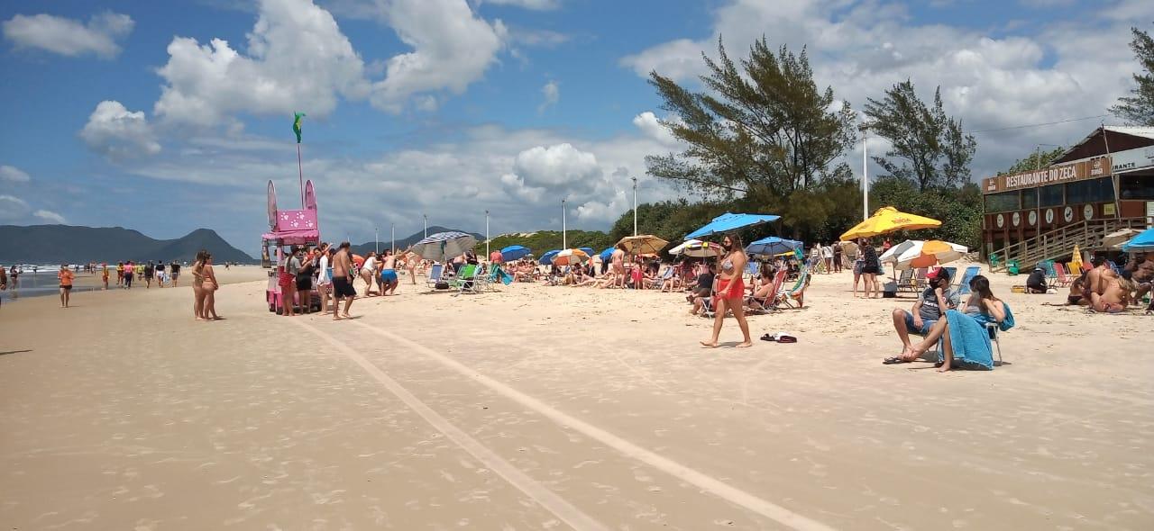 Praias de Florianópolis ficam cheias mesmo com orientações da prefeitura por causa da Covid-19