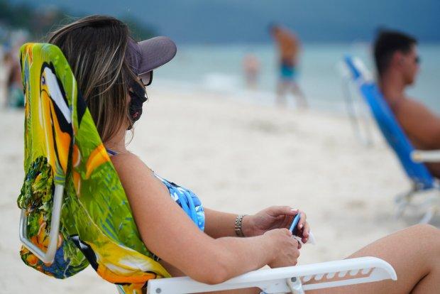 Uso de máscara em praias, parques e espaços públicos ao ar livre deixará de ser obrigatório em SC