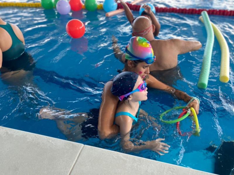 Aula de estimulação aquática para crianças com Autismo