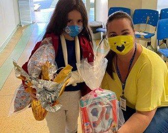 Colaboradores e crianças internadas no Hospital Universitário, em Joaçaba, recebem presentes