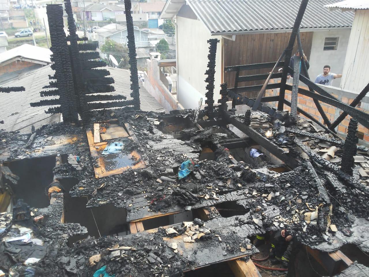 Velório dos três irmãos que morreram em incêndio em Lages será neste sábado