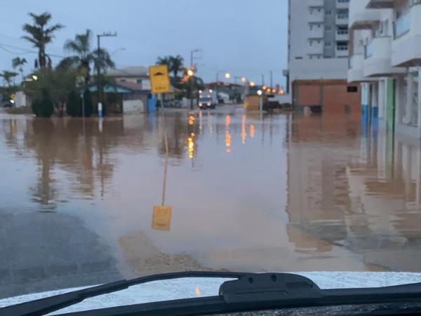 Chuva intensa causa alagamentos e transtornos em cidades de SC
