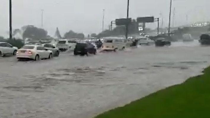 Vídeo: chuva intensa causa pontos de alagamento em Florianópolis