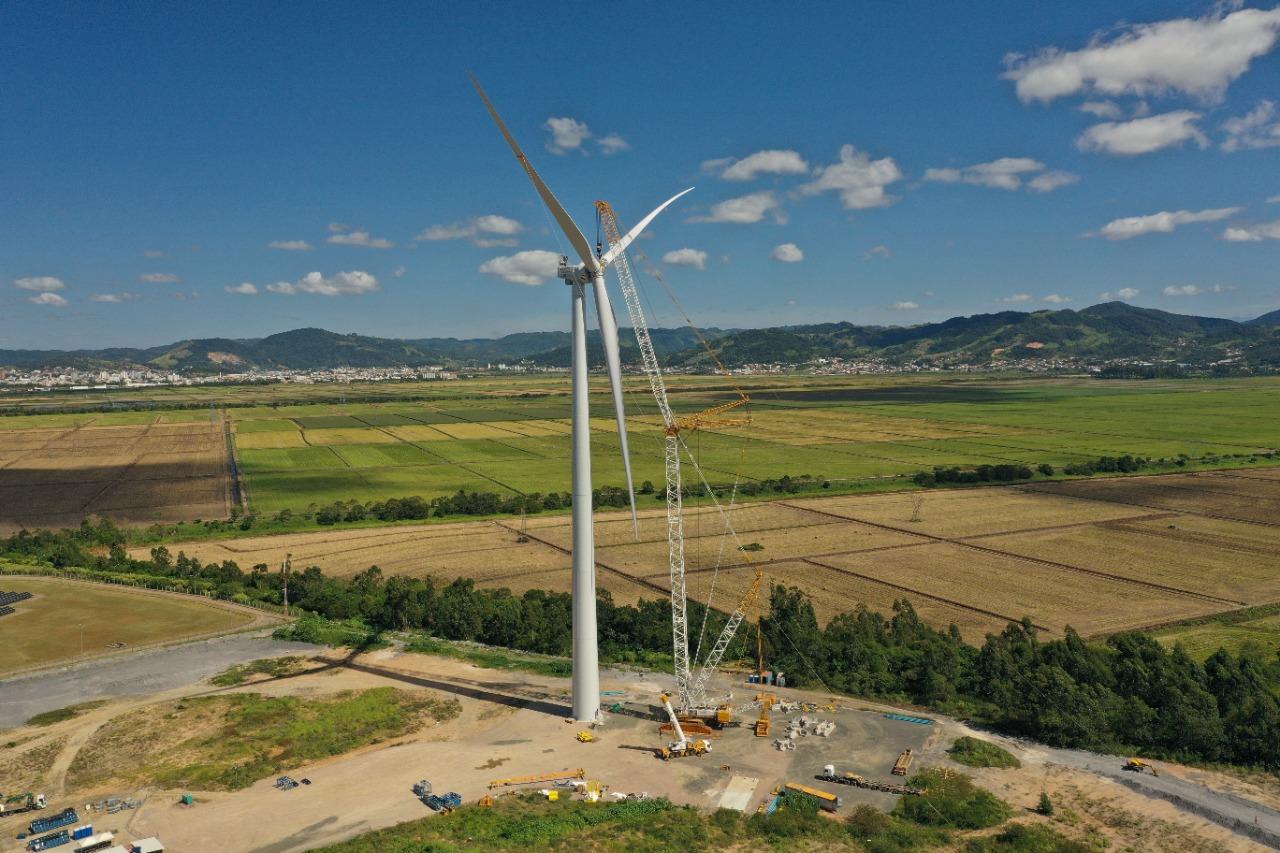 WEG e Engie Brasil Energia concluem instalação do primeiro aerogerador nacional