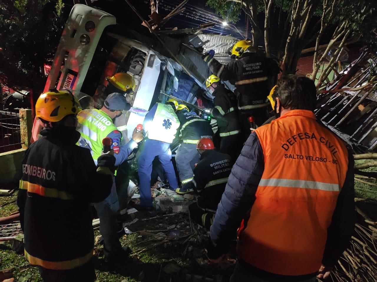Motorista morre após caminhão tombar e bater em casa na SC-464