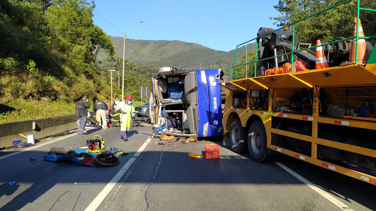Acidente com ônibus que ia para Jaraguá do Sul deixa ao menos dois mortos