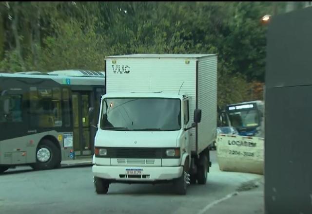 Homem em situação de rua morre atropelado ao se abrigar do frio embaixo de caminhão