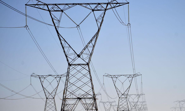 Conta de luz vai continuar com taxa extra, diz ministro de Minas e Energia