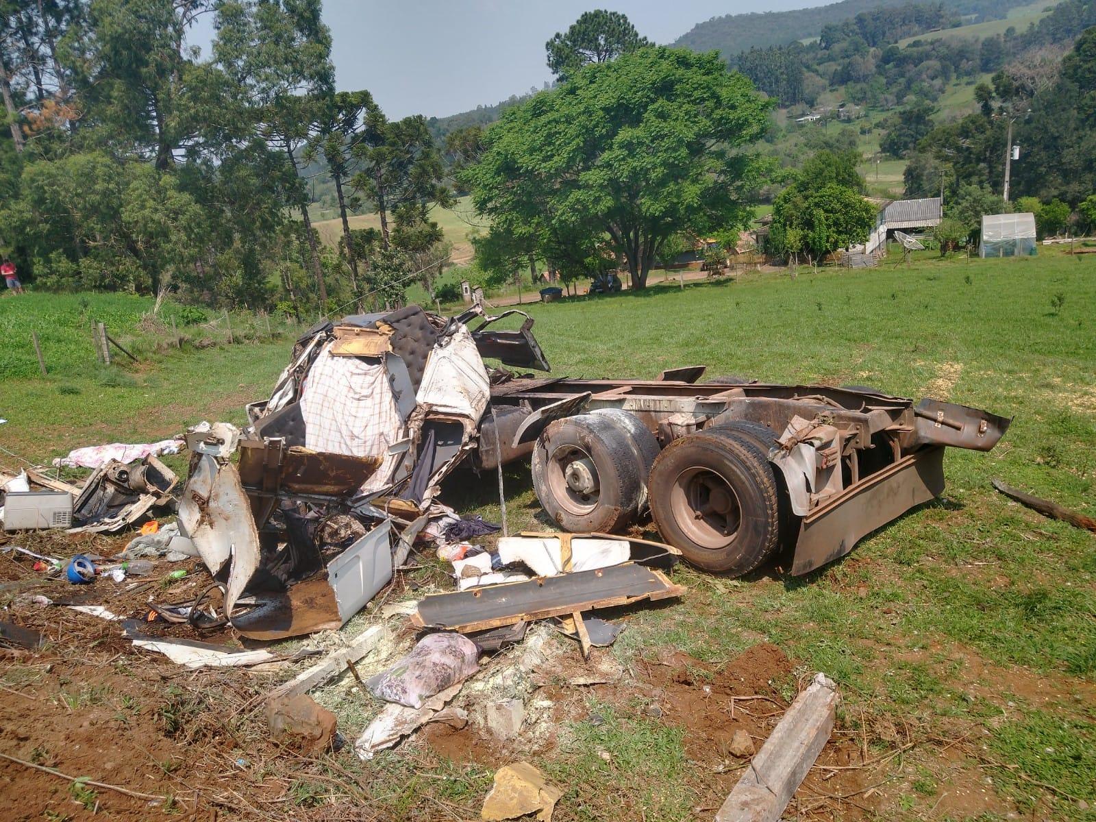 Carreta carregada de grãos tomba e motorista de 21 anos morre na SC-150