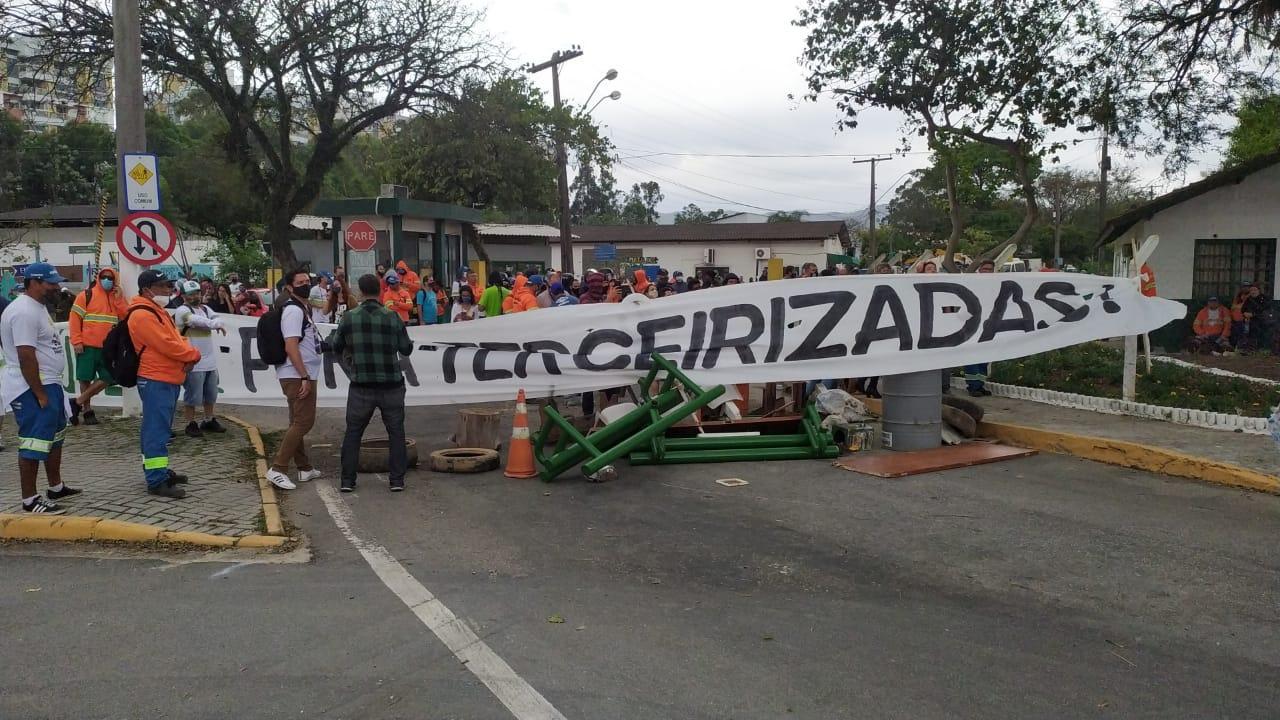 Cadeira voando e spray de pimenta: veja imagens da confusão no protesto da Comcap