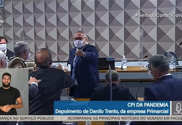 """""""Vagabundo, picareta"""": Jorginho Mello e Calheiros batem boca na CPI"""
