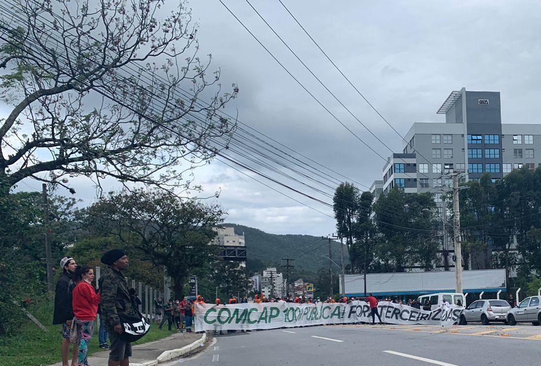 Caminhões de terceirizada furam bloqueio, mas protesto da Comcap continua na Capital