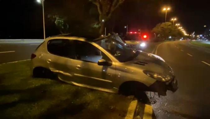 Motorista some após bater o carro na Beira-Mar Norte, em Florianópolis