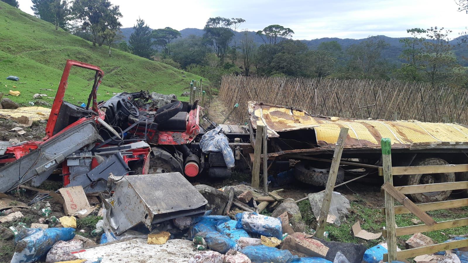 Caminhão cai de ribanceira na BR-282 em Rancho Queimado