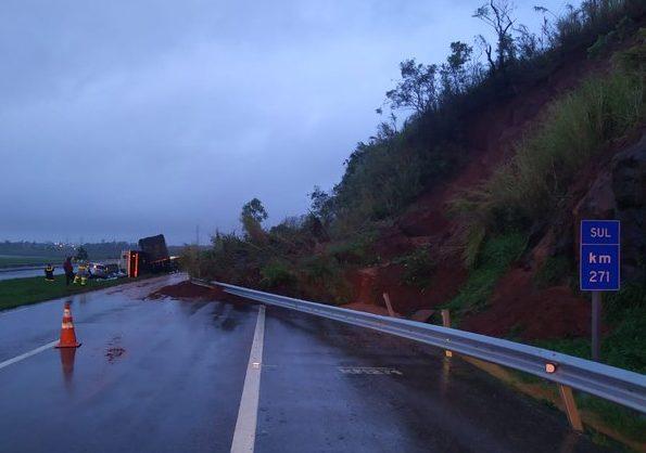 Barreira desmorona, atinge veículos e interrompe o trânsito em Imbituba